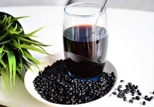 Uống nước đậu đen xanh lòng để hỗ trợ điều trị gút