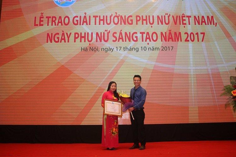 Đại diện Công ty Dược liệu Phương Đông tham dự chúc mừng nhà khoa học