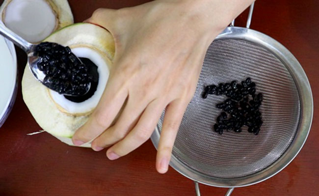 Bài thuốc chữa gout từ đỗ đen hấp dừa