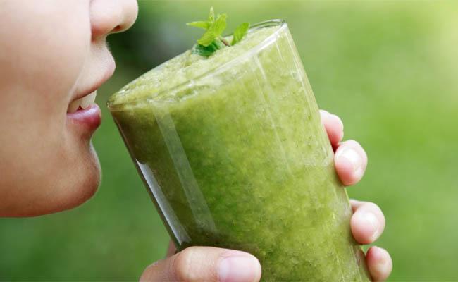 Uống nước ép rau cải bẹ xanh giúp trị bệnh gút hiệu quả