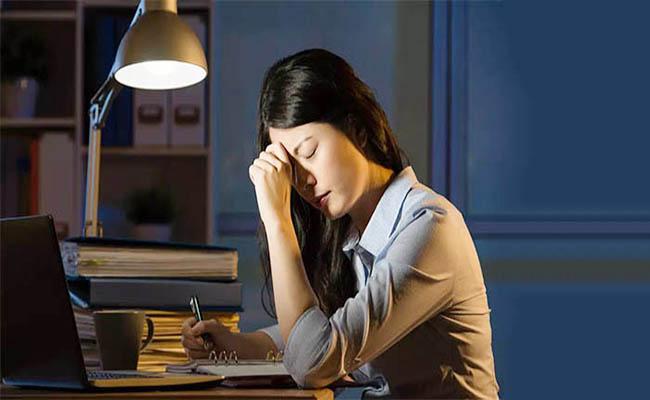 Người đau dạ dày không nên thức khuya và làm việc quá sức