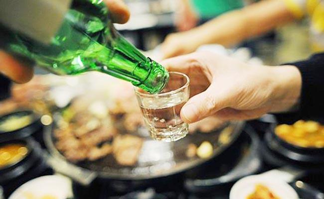 Uống quá nhiều rượu bia có thể là nguyên nhân gây đau dạ dày