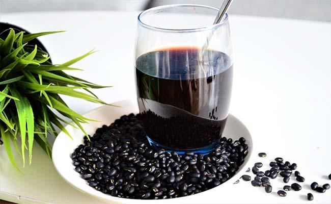 Khi dùng nước đậu đen xanh lòng chữa tiểu đường, chú ý không được bỏ đường để uống