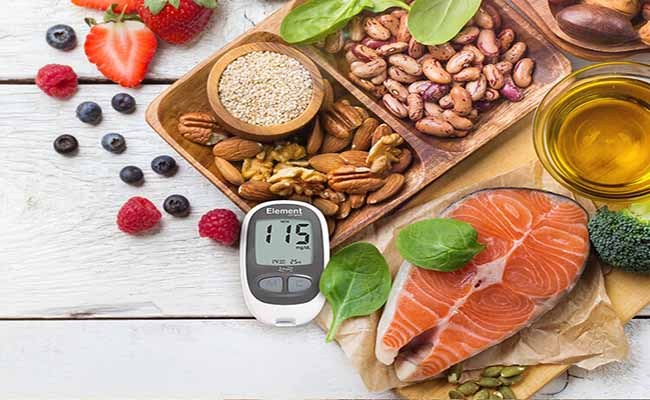 cần kết hợp bài thuốc dùng cỏ chân vịt chữa bệnh tiểu đường với chế độ ăn uống hợp lý