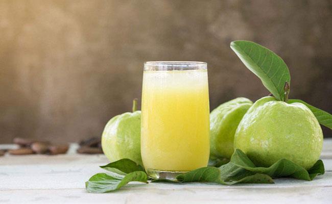 Uống nước ép ổi không nhưng thanh mát, giải nhiệt mà còn rất tốt trong việc điều trị tiểu đường