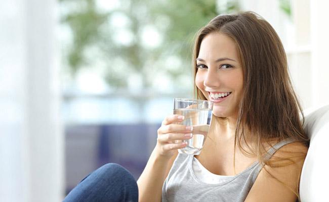 Uống nước giúp tăng chất điện giải, giảm triệu chứng tiêu chảy